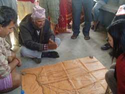 集落の地図を作成し洪水のリスクを考える住民