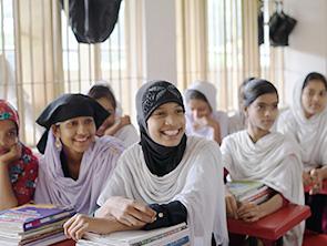 防災について学ぶ女学生たち(バングラデシュ)