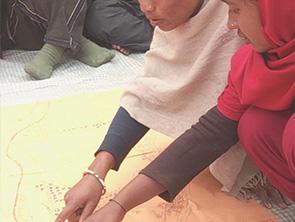 防災地図を確認する女性たち(ネパール)