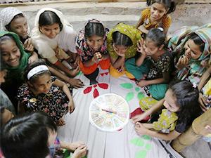 ゲームを使って保健衛生について学ぶ少女たち