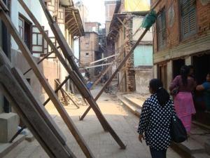 旧市街地ではこのように「テカ」と呼ばれるつっかえ棒でなんとか家を支えている様子があちこちで見られます。