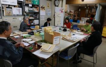 全国から東京事務所に届く、はがきや切手を仕分けしていきます。おしゃべりしながら作業できるので、お友達との参加も大歓迎です!
