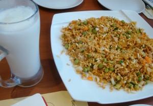 ラッシーと伝統的なおつまみ(ベビースターラーメン、チャウチャウ:お米菓子、ナッツ類を混ぜたもの)