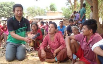 ラジオ局のスタッフが、村人の声を録音しています。現場の生の声をラジオで伝えられるのが、コミュニティラジオの強み。