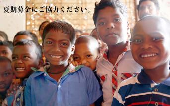 村のラーニングセンターに集まったサンタルの子どもたち(2018年3月撮影)