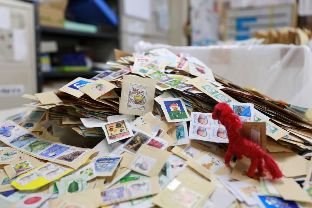 山積みの切手
