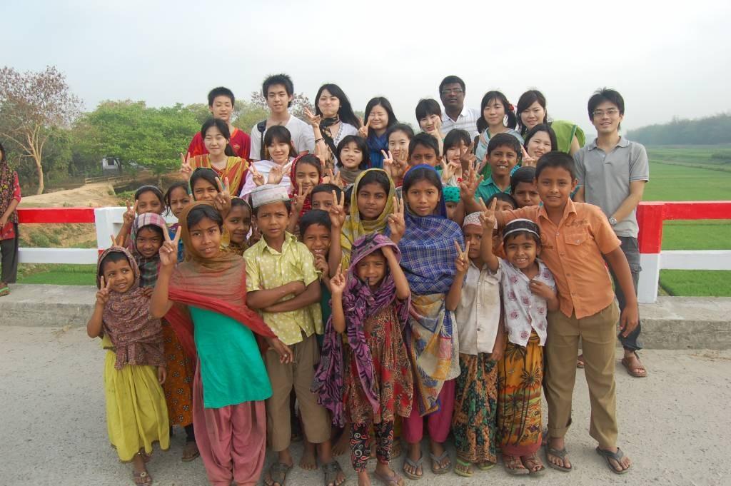 農村部に住む子どもたちと。