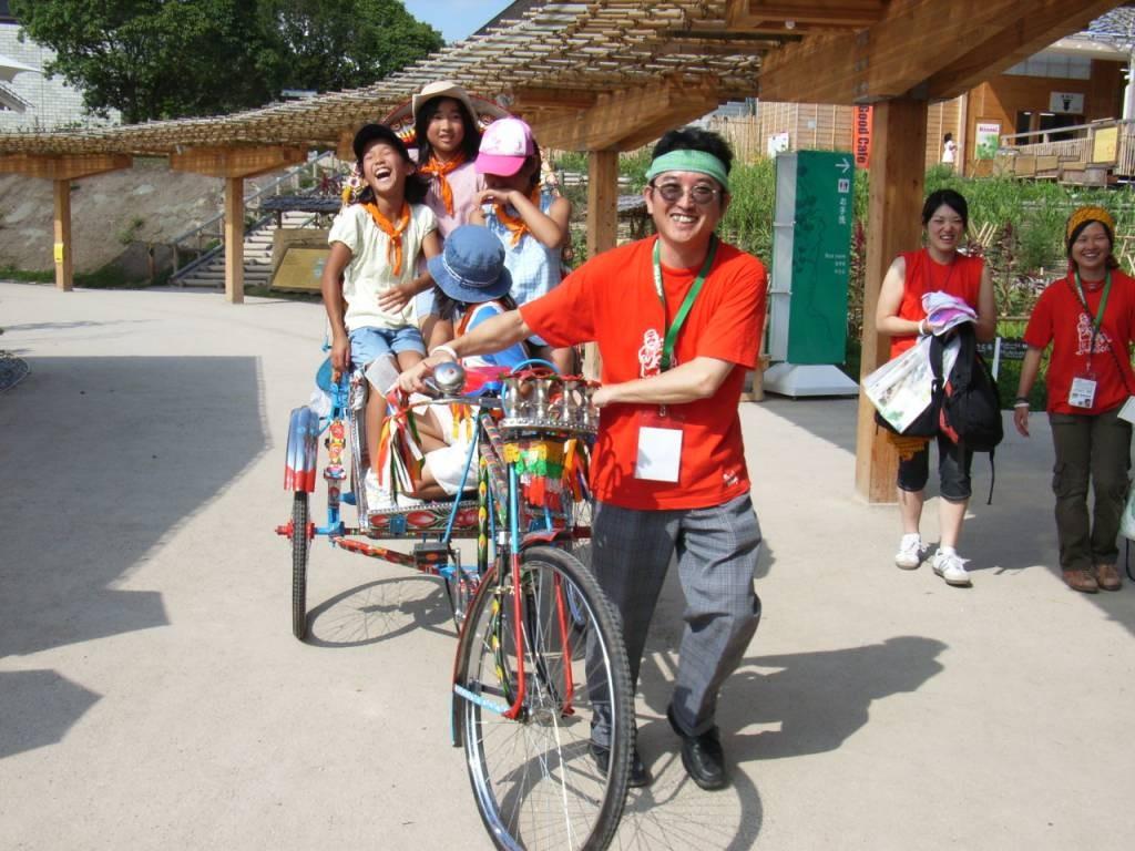 2005年愛・地球博にてバングラデシュの乗り物「リキシャ」を引く筆者