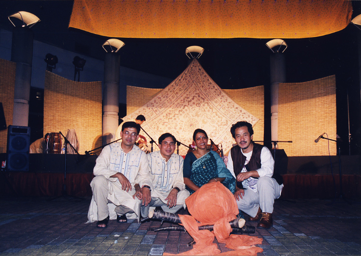 バングラデシュ訪問の際には共に食事をとる友人たち