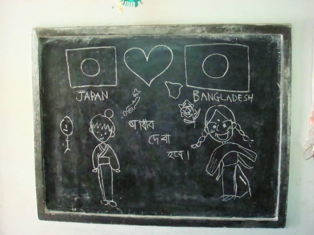 訪問した小学校で、子どもたちが黒板に書いた絵