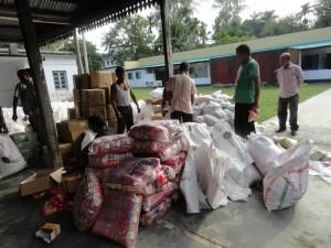 総出で物資を袋詰め準備するRDRSスタッフ