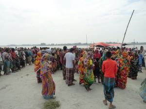 物資を受け取るために並ぶ住民たち