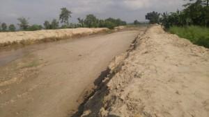 盛土で作った簡易堤防
