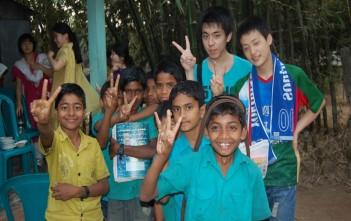 農村部で出会った子どもたちと一緒に