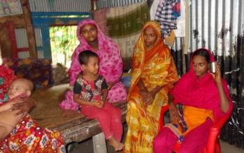 家庭でできる災害への備えを学んでいる女性たち