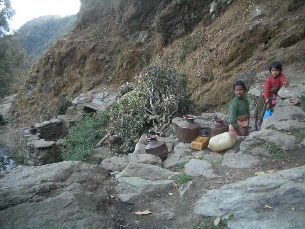 井戸は高位カースト(手前)とダリット用(奥)に分けられている。(極西部、アチャム郡)