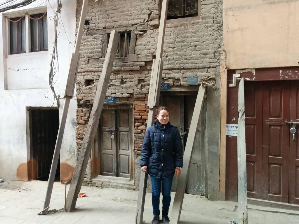 元々住んでいた家の前で。倒れてこないようにつっかえ棒をして支えている。