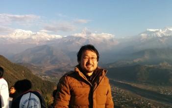 ポカラにて。ヒマラヤ山脈をバックに。
