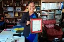WSDO代表のラムカリさん。WFTOから届いた証明書を手に。