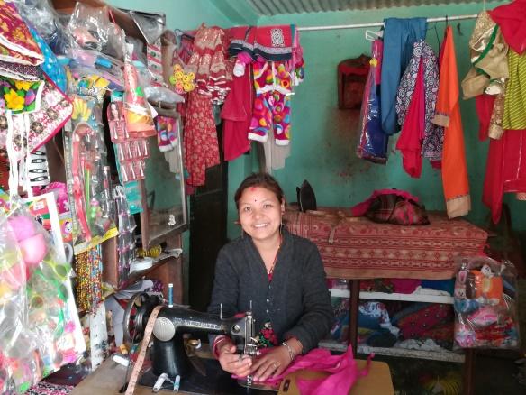 生活向上支援の対象者スニタさんは、地震で大きな被害を受けました。