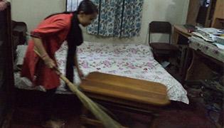 雇い主の家で家事使用人として働く少女
