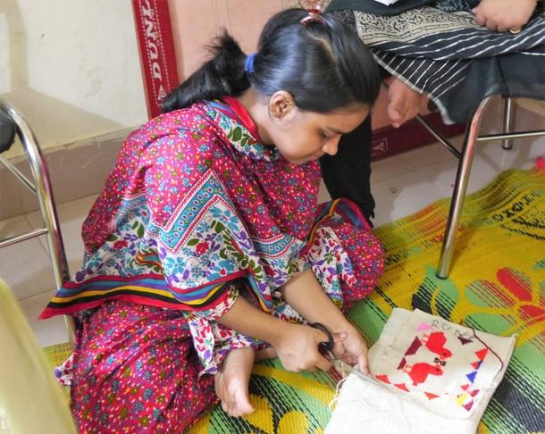 サディちゃんが刺繍の作品を仕上げる様子