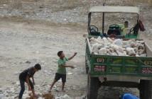 この地域の子どもたちの働き先として多いと言われるトラクターの作業現場