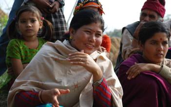 住民グループの女性