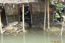 洪水で下半分が流されてしまった家屋の様子(バングラデシュディナジプール県ショドル郡東モハンプール)