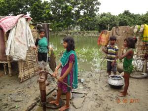 水が引いた後、井戸に水汲みにきた子どもたち(ディナジプール県ショドル郡東ラムノゴル)