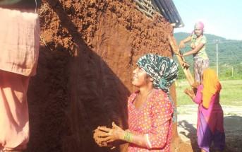 仮設住宅建設は主に住民が担いました。写真は家屋の壁を作る女性たち。