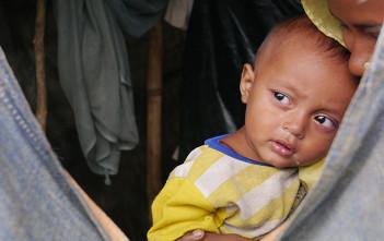 ミャンマーから命がけで逃げてきた親子。難民キャンプの仮設テントにて。(2017年9月28日 藤﨑職員撮影)