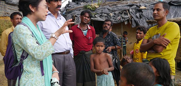 難民キャンプにて現地調査中のシャプラニール事務局次長 藤崎文子(写真左)