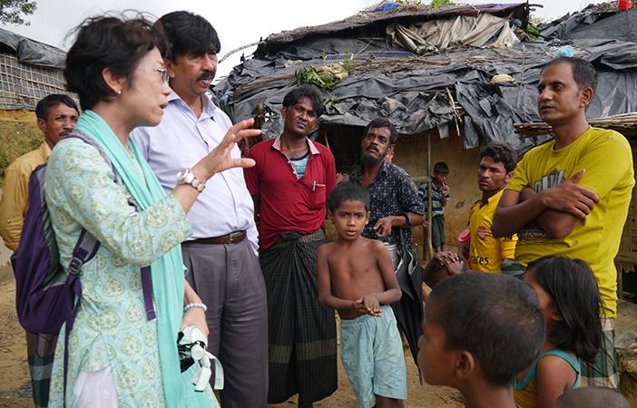 難民キャンプにて現地調査を進めるシャプラニール事務局次長 藤崎文子(写真左)