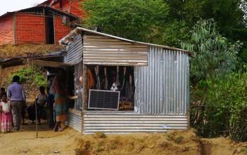 木や藪を伐採するために必要な鉈(なた)やソーラーパネル、電線、電球などを売る店