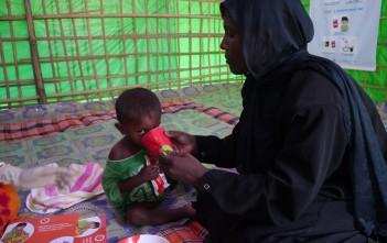 難民キャンプの子どもと母親