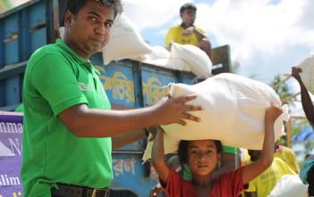 難民キャンプで配給物資を受け取る子ども