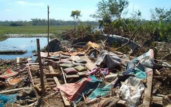 高潮などによる浸水被害が発生し、家屋が倒壊