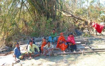 被害の大きかったバゲルハット県ショロンコラ郡で途方に暮れる人々。