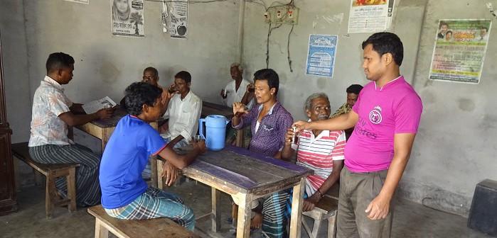 サンタル族のお客さんにお茶を提供する茶屋の店主