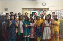 センターに通う少女たちと一緒に。最後列右から米倉さん、金沢一秀執行役員、外川雄一代表取締役。
