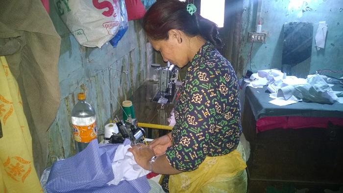 自宅で仕事をするビヌさん。自宅が被災して借りた家の家賃が家計を圧迫した被災者は多い。