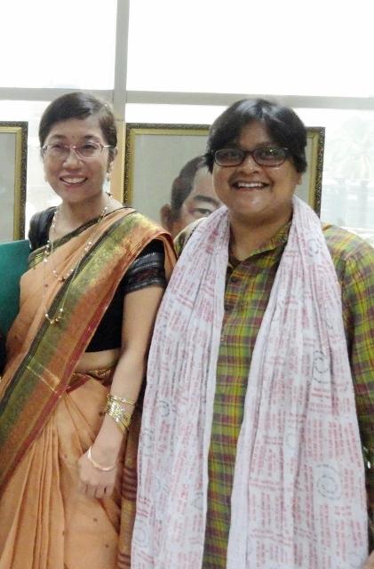 左:事務局次長の藤﨑、右:ダッカ事務所職員のアティカ