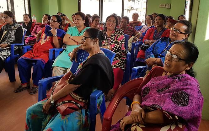 被災体験共有会で話しに耳を傾ける参加者