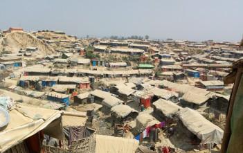 砂埃をかぶり白っぽくなった仮設テント