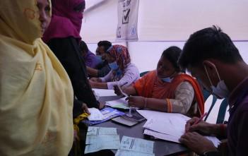 手元にあるデータをもとに、登録に来た本人に家族構成などを繰り返し質問して世帯構成人数を確認。