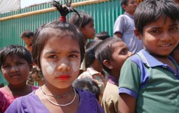 タナカという木のパウダーをつけたロヒンギャの子ども