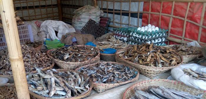 奥の卵と手前の小さなジャガイモを除くと売っているのはすべて干し魚