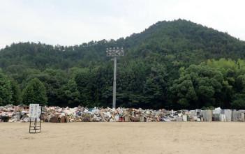 岡山県岡山市内にある研修施設敷地内に積み上げられたゴミ。(2018年7月12日撮影)