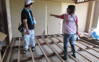 浸水した家屋にはカビの発生が見られ(画面左)、放置しておくと住める家も住めなくなってしまう。